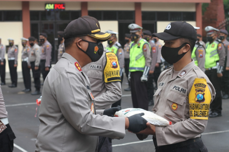 Polres Bojonegoro Salurkan Paket Beras Kepada Warga Terdampak Covid-19