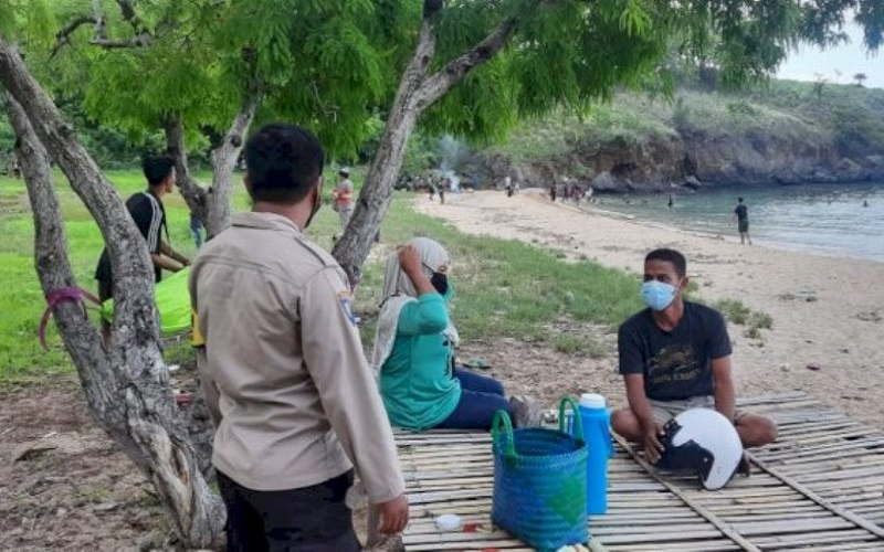 Polsek Nita Sosialisasi Prokes Bagi Pengunjung Pantai Tanjung Kajuwulu