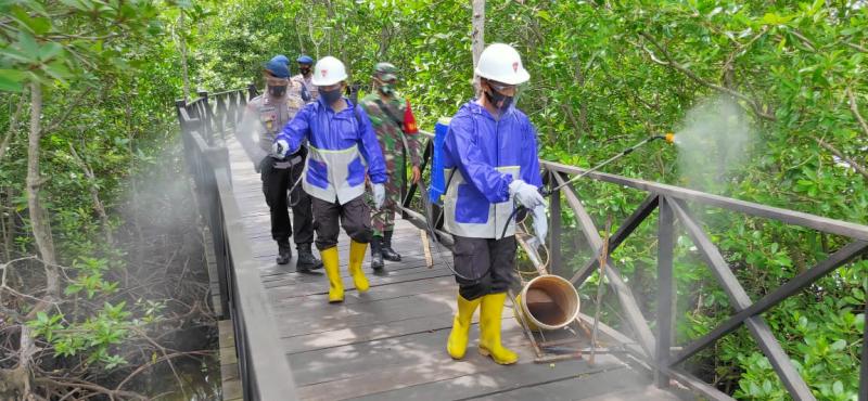 Brimob Disinfectan Wisata Hutan Manggrove