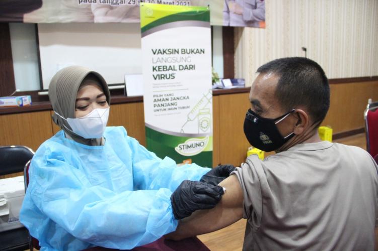 Kepolisian RI dan Tenaga Kesehatan Lakukan Vaksin & Jaga Imun Tubuh