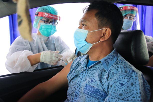 Bluebird Menerapkan Prokes pada Vaksinasi Pengemudi dan Lansia