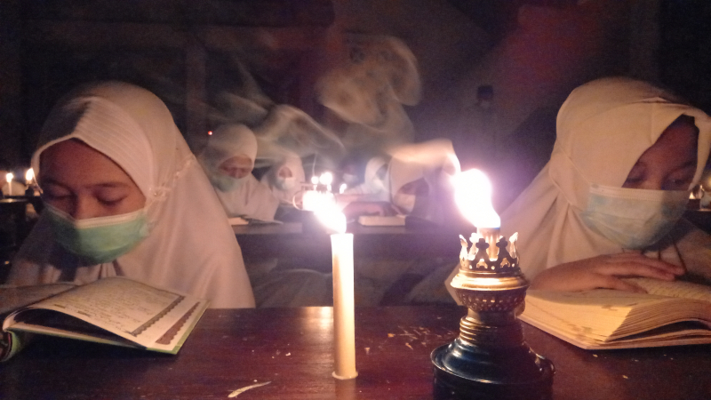 Khusyuk, Tadarus di Bawah Temaram Lampu Minyak Dengan Prokes