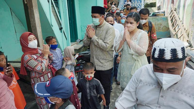 Kahiyang dengan Balutan Brokat Putih Tampak Anggun Kunjungi Korban Banjir Kampung Aur