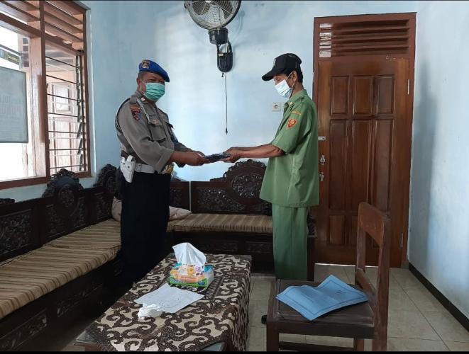 Sosialisasikan Pencegahan Covid 19, Polisi bagikan Kaos dan masker kepada Kepala Desa