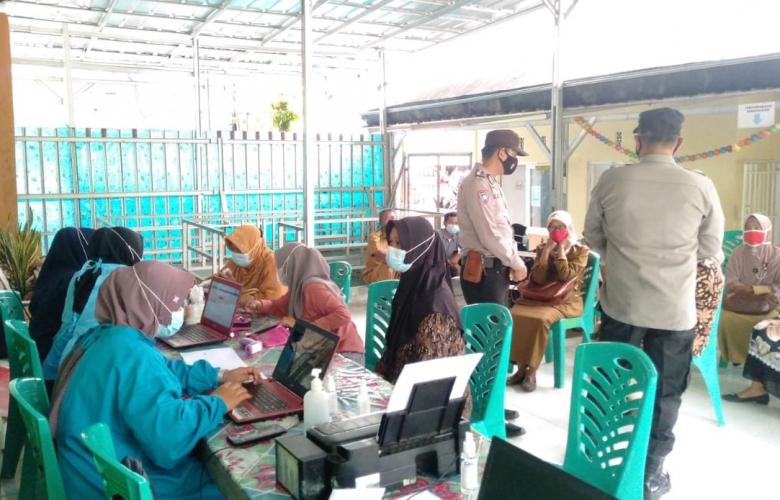 Kapolsek Ajak Masyarakat Patuhi Prokes Pada Vaksinasi Massal Covid-19.