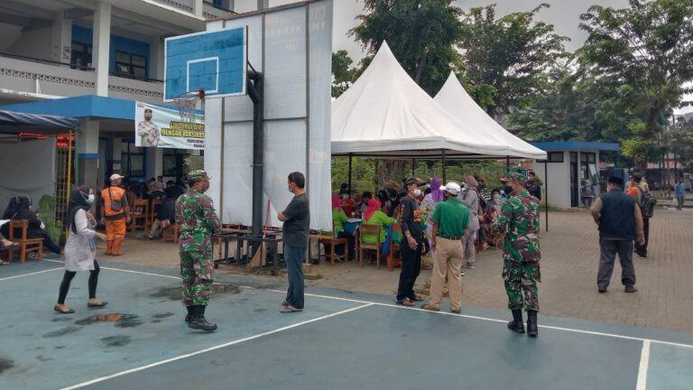 Denramil 02 Matraman Lakukan Pengamanan Kegiatan Vaksin bagi warga kecamatan Matraman