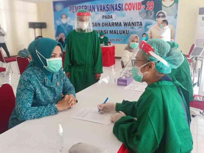 TP-PKK & Dharma Wanita Maluku Jalani Vaksinasi