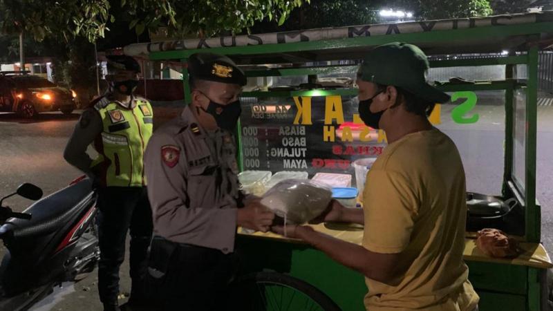Tanpa Arogan, Polisi Minta PKL di Cirebon Tutup saat Buka Malam Hari, PKL pun Nurut, Ini Alasannya