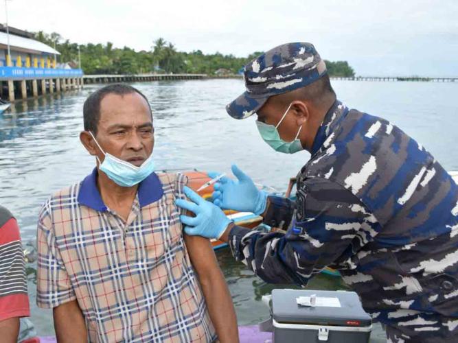 Gencar Vaksinasi Warga, TNI AL Mulai Sisir Pulau-pulau di Maluku