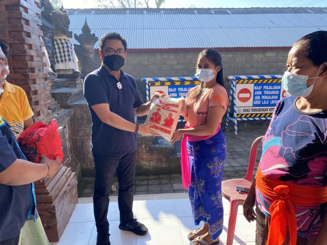 Bersinergi dengan Karang Taruna, Arya Wibawa Serahkan 400 Paket Sembako di Padangsambian Kaja