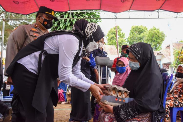 Keliling Desa, Bupati Purwakarta Cek Vaksinasi sampai Sebar Bantuan
