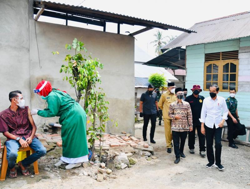 Jokowi Tinjau Vaksinasi Dor to Door