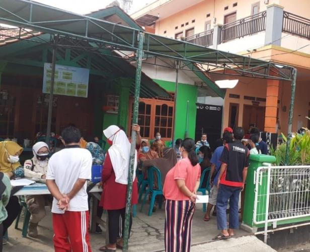 Petugas 3 Pilar Kecamatan Medan Satria Adakan Vaksinasi di RW 07 Kali Baru