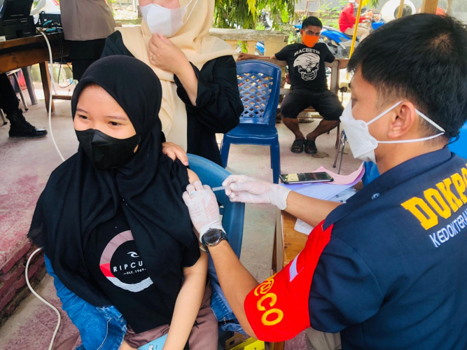 Warga Padati Gerai Vaksin Polres Majene