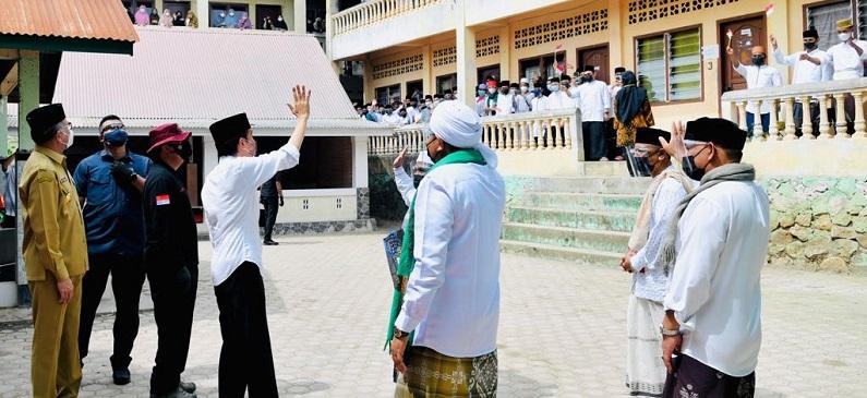 Presiden Jokowi Tinjau Vaksinasi Covid-19 Pintu ke Pintu di Aceh Besar