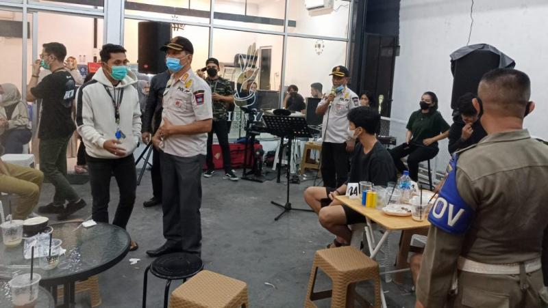 Diduga Langgar Prokes, Dua Orang Pelaku Usaha di Padang Diamankan Satpol PP