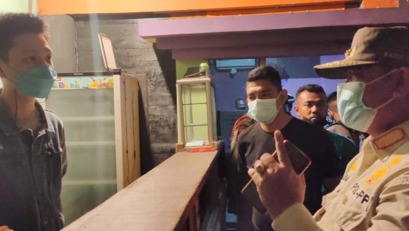Langgar Aturan PPKM, Satpol PP Proses Salah Satu Tempat Hiburan Malam di Padang
