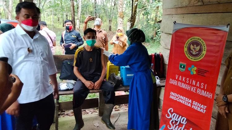 Ditinjau Jokowi, BIN Kembali Gencarkan Vaksinasi di Sumbar, hingga Turun ke Ladang Warga di Dharmasraya