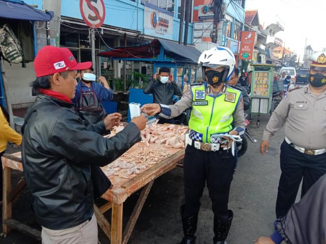 Tegakkan Disiplin Prokes, Polisi Bagi-bagi Masker di Pasar