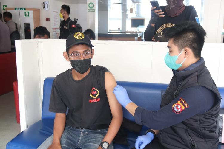 Kejar Target Herd Immunity, Polda Banten Vaksinasi Covid-19 Bagi Penumpang Kapal Feri