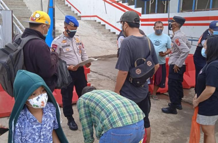134 Warga Setelah di Cek Sertifikat Vaksin Berangkat ke Pulau Seribu