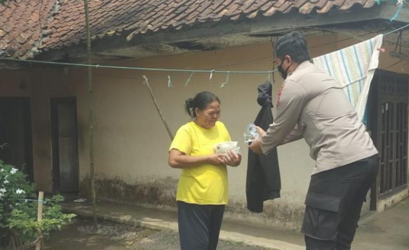 Polisi dan STMIK Tasikmalaya Bagikan Nasi Kotak untuk Warga Terdampak PPKM
