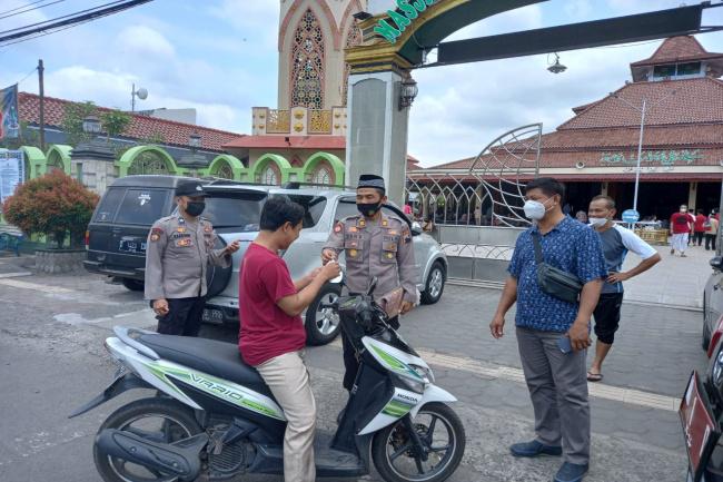 Patroli di Masjid, Polisi Bagikan Masker