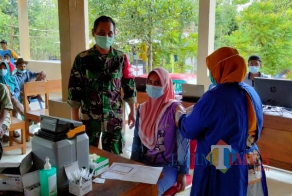Giatkan Vaksinasi Warga Pedesaan, Babinsa dan Nakes Montong Tuban Datangi Rumah Warga