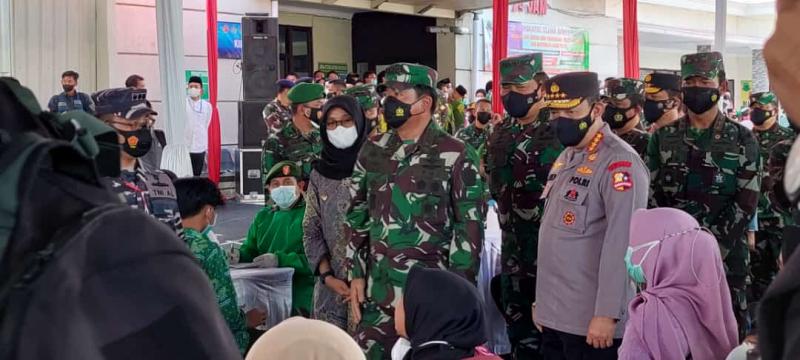 Panglima TNI dan Kapolri Tinjau Serbuan Vaksinasi Maritim di Banyuwangi